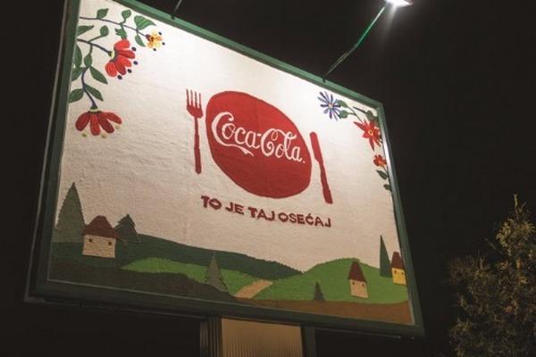Coca-Cola установила в Сербии вручную связанные билборды