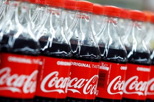 Coca-Cola не откажется от пластиковых бутылок, потому что... этого не хотят клиенты