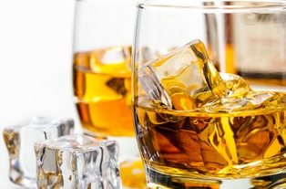 В Латвии хотят разрешить торговлю алкоголем через интернет даже после карантина