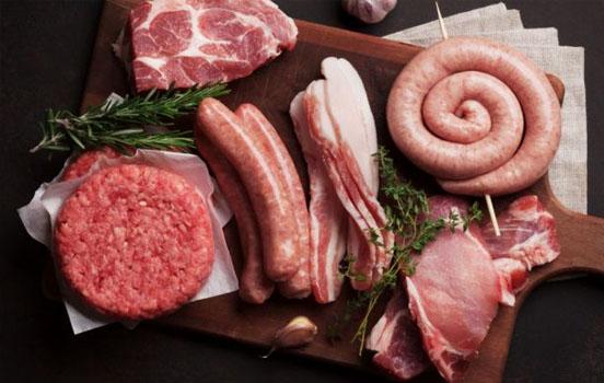 Германия запретит субподряды в мясной промышленности после вспышек вируса